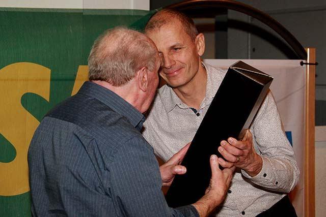 Jean-Marc remet un cadeau à Jean-Paul
