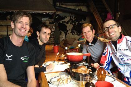 Marc, Angel, Ronen et Christophe autour de la fondue